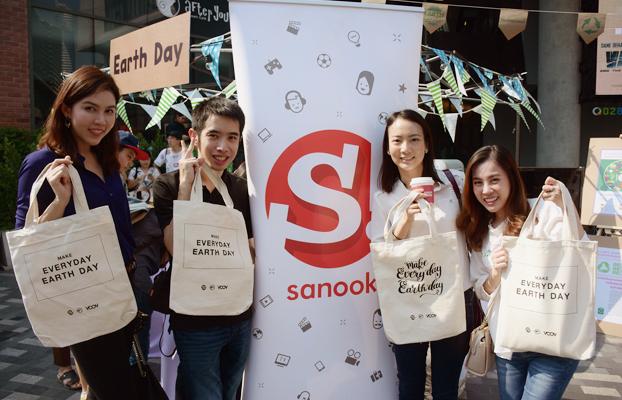 ภาพกิจกรรม Sanook! ร่วมกับ TRASH HERO ปลูกจิตสำนึกรักษ์โลกในวัน Earth day ด้วยกระเป๋าผ้าคำพูดศิลปิน