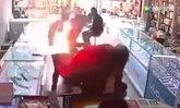 หนุ่มจีนซื้อแบตฯ มือถือมาเปลี่ยนเอง เกิดระเบิดไฟลุกใส่หน้า