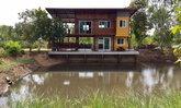 ใช่เลย บ้านปูนเปลือยริมน้ำสองชั้น ลงตัวด้วยวัสดุไม้ พร้อมมุมพักผ่อน