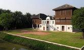 """ความอยู่รอดอันชวนประทับใจ """"บ้านไทยหลังคาทรงปั้นหยา"""" อายุ 100 ปี ที่ดำเนินสะดวก"""