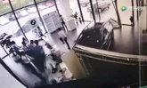 หนีกันกระเจิง หญิงจีนลองขับรถ เหยียบเบรกพลาด พุ่งชนโชว์รูมพังยับ