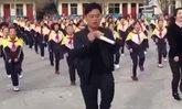 """ชาวเน็ตสุดถูกใจ ครูใหญ่โรงเรียนจีนเต้น """"ชัฟเฟิลแดนซ์"""" กับลูกศิษย์วัยประถม"""