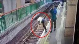ช็อค! พนักงานหญิงถูกผลักกระเด็นตกรางรถไฟใต้ดินฮ่องกง