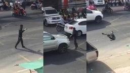 ชายคลุ้มคลั่ง กลางถนนภูเก็ต ชี้หน้ารถที่ขับไปมา นอนกลิ้งบนถนน ทำชาวบ้านหวาดผวา