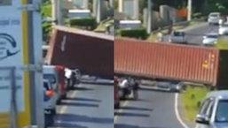 ระทึก! รถบรรทุกตู้คอนเทนเนอร์ วิ่งขึ้นเนินเขาเสียหลัก ไหลย้อนกลับจอดขวางลำ