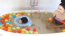 น่ารักสุดๆ เนย โชติกา อุ้ม น้องอคิณ ลงอ่างว่ายน้ำ แห่ชมเด็กน้อยเก่งมากๆ