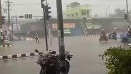 ตำรวจไทยหัวใจแกร่ง! ยืนโบกรถท่ามกลางฝนตกหนัก ลำบากกว่านี้ก็ยังไหว
