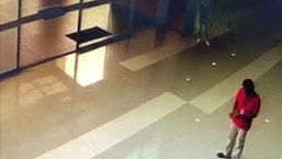 คลิปวินาทีชีวิต ช่างไฟตกจากฝ้าเพดาน หวิดทับลูกค้าที่ยืนอยู่ในห้าง