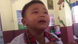 ไร้เดียงสาจริงๆ ! หนูน้อยนั่งร้องไห้โฮ บอกไม่อยากมาโรงเรียน ก่อนตอบครูสาวถึงกับฮาลั่น