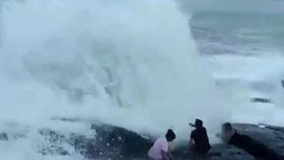 นาทีมรณะ คลื่นซัดจมน้ำ นักท่องเที่ยวนั่งชิลริมทะเล เจอคลื่นซัดหายก่อนกลายเป็นศพ
