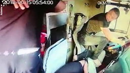 เปิดคลิป คนขับรถทัวร์วูบคาพวงมาลัย ผู้โดยสารรีบกระโจนขับแทน
