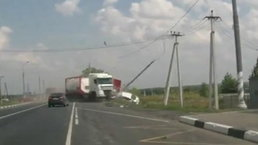 นาทีรถบรรทุกซิ่งเสียหลักพุ่งชนสนั่น