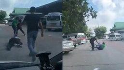กระฉ่อนโซเชียล! รถตู้ล้ำเส้นแย่งผู้โดยสาร คู่กรณีฉุนหนักไล่กระทืบตะลุมบอนวุ่น