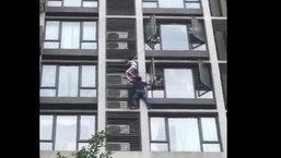 สุดยอดคุณพ่อ! เป็นสไปเดอร์แมนปีนตึก ช่วยชีวิตลูกชายเกาะอยู่นอกหน้าต่างชั้น 9