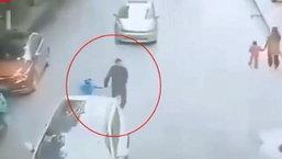 ชายสุดช็อก ลูกน้อยถูกรถพุ่งชนจากด้านหลัง ร่างหายวับ ขณะจูงมือข้ามถนน