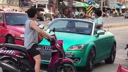 อย่ามาใกล้รถพ่อ! คลิปเด็กน้อยนั่งเฝ้ารถหรู โบกมือตะโกนลั่น ห้ามเข้ามาใกล้