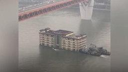 ฮือฮายกใหญ่ พบอาคารสูง 5 ชั้น แล่นฉิวกลางแม่น้ำแยงซีเกียง