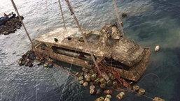 ยกเรือฟีนิกซ์ขึ้นจากน้ำแล้ว! ขณะทีมงานยืนไว้อาลัยผู้เสียชีวิต