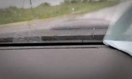 หนุ่มไลฟ์ขับรถฝ่าฝนกลับบ้าน กลายเป็นภาพสุดท้าย...รถคว่ำจมคูน้ำ