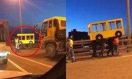 """คิดได้ไง? 4 หนุ่มรัสเซียปลอมตัวเป็น """"รถเมล์"""" ข้ามสะพาน หลังเจ้าหน้าที่ปิดทางคนเดิน"""