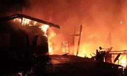"""""""คาดหนุ่มเมายาจุดไฟเผา"""" ไฟไหม้ชุมชนย่านวัดเสมียนนารี เสียหายกว่า 10 คูหา"""