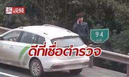 ชายจีนออกไปยืนนอกรั้วกั้น รอดชีวิตรถบรรทุกพุ่งชนเก๋งจอดเสียข้างทาง