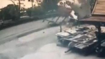 รถตู้รับส่งนักเรียนเสียหลักพุ่งชนร้านค้าข้างทาง ตีลังกาพลิกคว่ำ เจ็บ 7 ราย