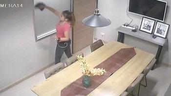 ไล่เช็คกล้องวงจรปิดในบริษัท ไปเจอคุณแม่บ้านกำลังทำความสะอาดอยู่ 555+