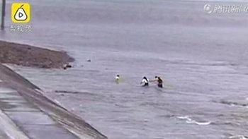 4 เด็กจีนเล่นริมแม่น้ำเฉียนถัง เจอคลื่นสูงซัดหวิดจมดับ