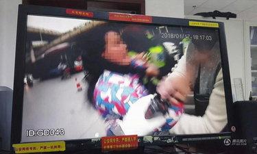 หญิงไม่พอใจสามีถูกปรับขับรถผิดกฎ อาละวาดเตะถีบตำรวจ