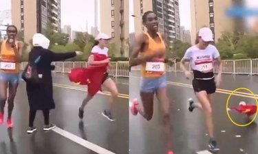 """ดราม่าร้อน นักวิ่งมาราธอนหญิงจีนทิ้ง """"ธงชาติ"""" ระหว่างทางก่อนเข้าเส้นชัย"""