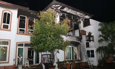 ไฟไหม้บ้านหรู แฟนสาวลูกชายเจ้าของบ้านหนีไม่ทัน ตายเปลือยคากองเพลิง