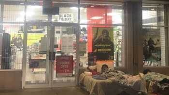 เกมเมอร์ชาวอเมริกันลงทุนนอนเฝ้าหน้าร้าน GameStop เพื่อซื้อ PS5 ในช่วง Black Friday