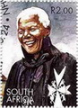 นายเนลสัน แมนเดลา ผู้นำการต่อต้านการแบ่งแยกสีผิวในประเทศแอฟฟริกาใต้ ได้รับการปลดปล่อยให้เป็นอิสระ