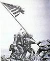 นาวิกโยธินสหรัฐฯ ปักธงชาติลงบนยอดเขา Surabachi เพื่อฉลองชัยหลังการเข้ายึดเกาะอิโวจิมา