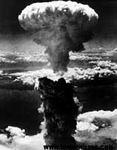 สหรัฐอเมริกาทิ้งระเบิดปรมาณูลูกแรกในสงครามโลกครั้งที่สอง