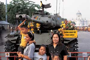 ประชาชนถ่ายรูปกับรถถัง