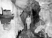 คลีออน เทอร์เนอร์ (Cleon Turner) ค้นพบทางเข้าของถ้ำคริสตัลโอนิกซ์ (Crystal Onyx Cave)