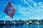 ธงชาติสวิสและทิวทัศน์เมืองลูเซิร์น