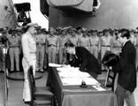 มาโมรุ ชิเกะมึทซึ (Mamoru Shigemitsu) ลงนามในสัญญาสงบศึก