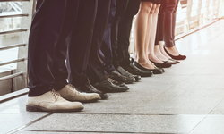 """วิธีดูแลสุขภาพ """"ขา"""" ป้องกัน """"เส้นเลือดขอด"""" สำหรับคนที่ต้องยืนนานๆ ทุกวัน"""