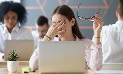 """""""ตาแห้ง"""" อันตรายจากการใช้คอมพิวเตอร์"""
