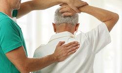 """""""ข้อไหล่ติด"""" ภัยเงียบผู้สูงอายุ สาเหตุ อาการ และวิธีรักษา"""