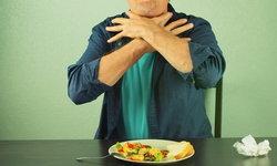 """8 วิธีช่วยเหลือผู้ป่วย """"สำลักอาหาร-อาหารติดคอ"""" ที่ถูกต้อง"""