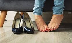 """""""เท้าเหม็น"""" กับ 3 วิธีแก้ปัญหาอย่างปลอดภัย และได้ผล"""