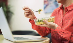 มื้อเช้า กลางวัน เย็น อาหารแบบไหนที่ดีต่อสุขภาพชาวออฟฟิศ ?