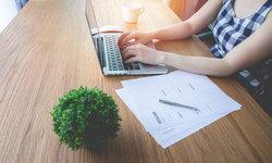 """วิจัยชี้ ปลูก """"ต้นไม้"""" ไว้บนโต๊ะทำงาน อาจช่วยลด """"ความเครียด"""" ได้"""