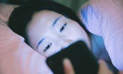 เล่นมือถือ-แท็บเล็ตก่อนนอน เสี่ยงนอนไม่หลับ-หลับยาก
