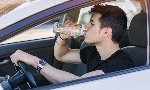 ไขข้อสงสัย ไม่ควรดื่มน้ำจากขวดที่ทิ้งไว้ในรถจริงหรือ?