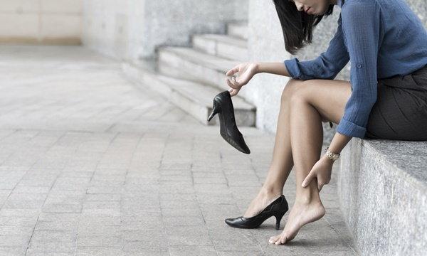 แพทย์เตือน! สาวชอบใส่ส้นสูง ระวังนิ้วหัวแม่เท้าเก